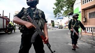 Des soldats sri-lankais sécurisent une zone proche du sanctuaire Saint-Antoine après l'explosion d'une voiture à Colombo, le 22 avril 2019.