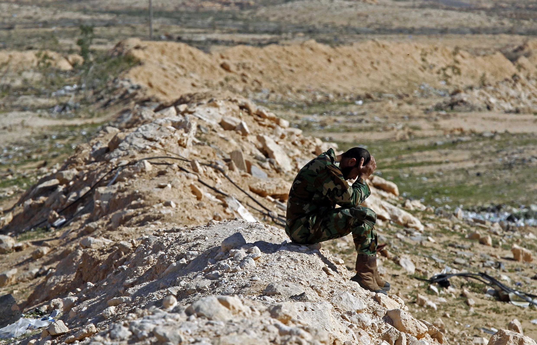 Un soldado rebelde descansa en Brega, el 12 de marzo de 2011, antes que la ciudad fuese recuperada por el régimen libio.