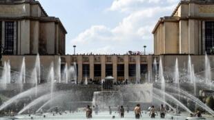 Com a onda de calor em Paris, muitas pessoas se banham nos chafaris da praça do Trocadéro. 25/06/18