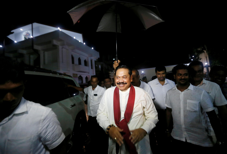 L'ancien président Mahinda Rajapakse a été nommé Premier ministre le 26 octobre 2018. Mahinda Rajapakse se rend dans un temple à Colombo après l'annonce de sa nomination.