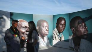 Vue de l'exposition Photoquai qui se déroule à Paris du 22 septembre au 22 novembre 2015.