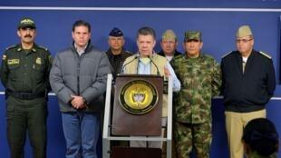 El presidente Santos en rueda de prensa este domingo 16 de noviembre anunciando la suspensión de los diálogos de paz después del secuestro de tres personas, entre ellas el general Ruben Darío Alzate, atribuido a la guerrilla de las FARC.