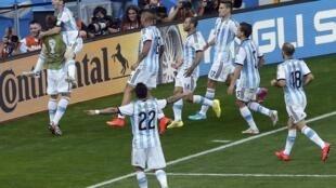 Messi marca o gol da vitória da Argentina no último minuto da partida contra o Irã, no Mineirão