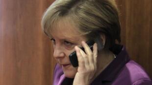 A chanceler alemã, Angela Merkel, teria tido seu telefone celular espionado pelos serviços de informação americanos.