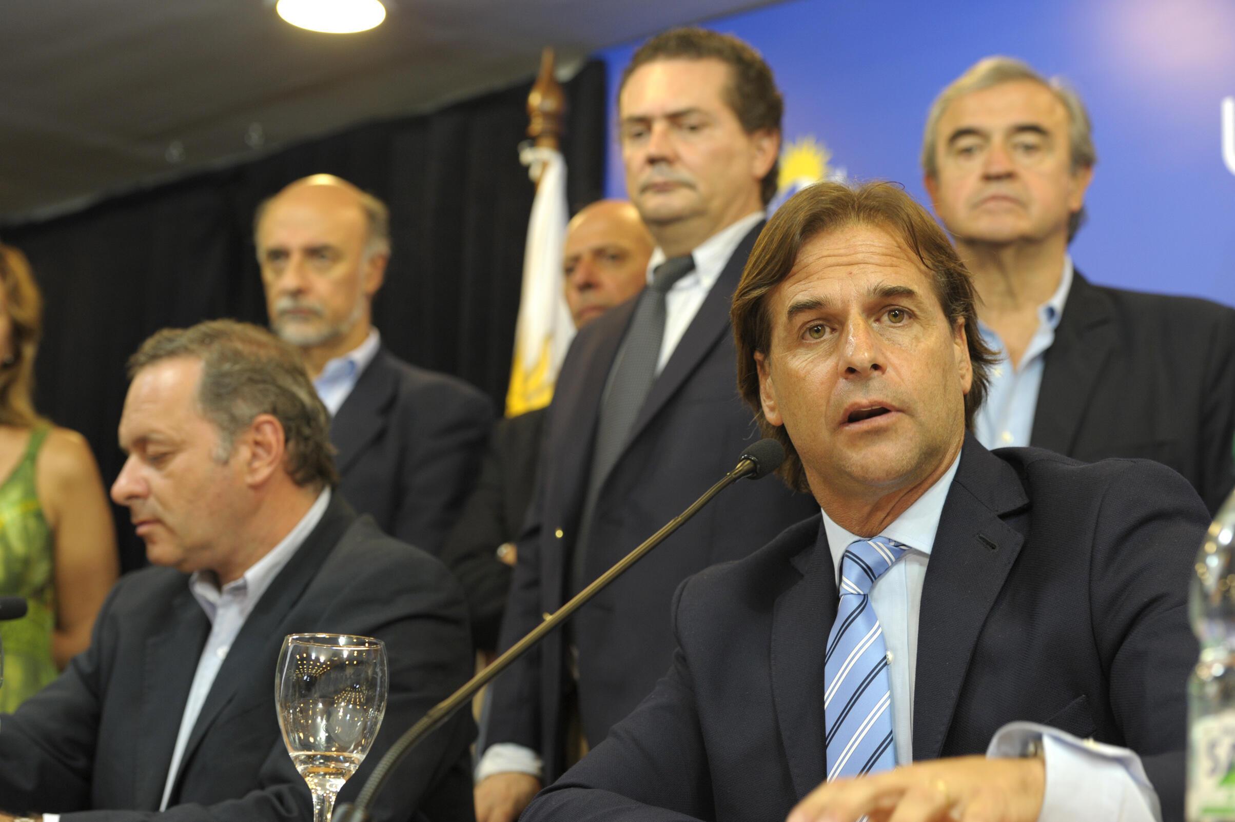 Le président uruguayen Luis Lacalle Pou lors d'une conférence de presse sur la pandémie de Covid-19 le 13 mars 2020 à Montevideo.