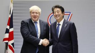 英国首相约翰逊与日本首相安倍晋三资料图片