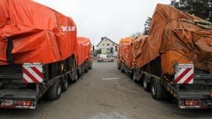Голландские тягачи с обломками малазийского Боинга во время перевозки вблизи Вроцлава 07/12/2014