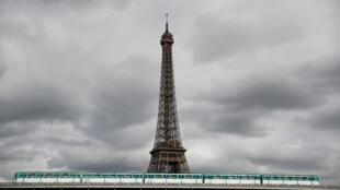 Шестая ветка парижского метрополитена, которая проходит недалеко от Эйфелевой башни, также будет работать всю ночь