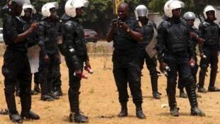 Les forces de l'ordre, bombes lacrymogènes à la main, étaient déployés en masse lundi 20 avril à Conakry.