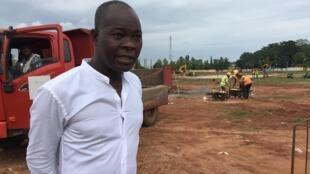L'architecte burkinabè Francis Kéré sur le chantier de la future Assemblée nationale à Porto-Novo, au Bénin.  © Delphine Bousquet / RFI
