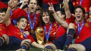 Os craques espanhóis devem desfilar pelas principais ruas de Madri, na tarde desta segunda-feira, com o troféu da Copa 2010.