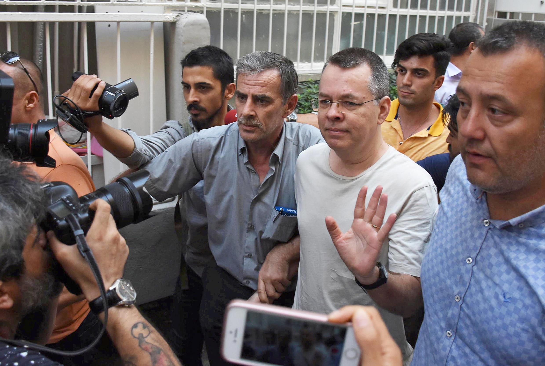 Andrew Brunson (au centre, main levée) arrive à son domicile après sa sortie de prison, à Izmir, le 25 juillet 2018.