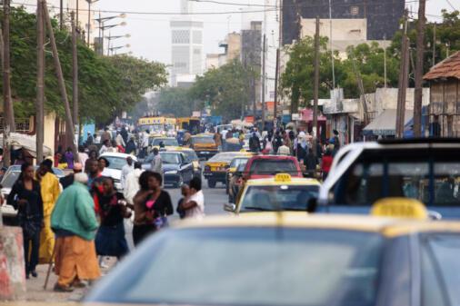 Une rue animée de Dakar, la capitale sénégalaise.