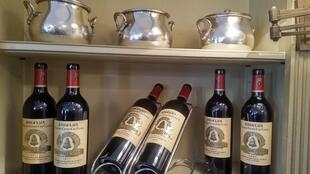 Botellas de varias cosechas míticas de Chateau Ángelus.