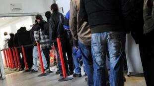 En toda Europa, se multiplican las colas de gente buscando un empleo.