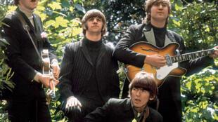 Os Beatles, com o baterista Ringo Starr, já maiores que Elvis Presley