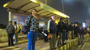 Twinkle, une étudiante de 21 ans, voyage parfois en bus le soir. Un trajet qui l'effraie, car elle se retrouve être quasiment la seule femme à l'arrêt ou dans l'autobus.