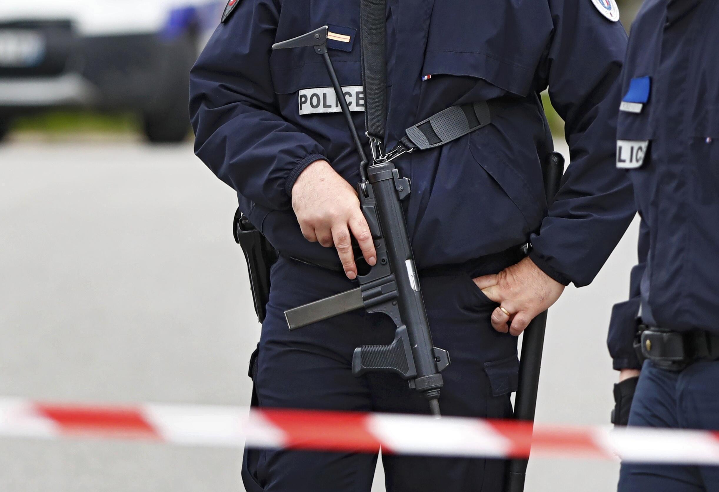 Un policier devant la maison du commandant de police du commissariat des Mureaux tué de neuf coups de couteau par un homme se revendiquant du groupe Etat islamique à Magnanville.