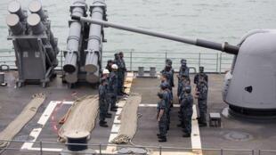Thủy thủ tàu USS Antietam (CG-54), tại vịnh Victoria Hồng Kông, nhận lệnh trước khi lên đường sang Philippines, 12/11/2013