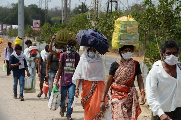 Interdits de travail à cause du confinement, des travailleurs migrants tentent de rejoindre leur village, dans la banlieue de Hyderabad, dans l'Etat indien du Maharashtra, le 28 avril 2020.