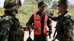 Un militar venezolano desertor habla con soldados colombianos cerca de la frontera colombo-venezolana en Cúcuta, el 25 de febrero de 2019.