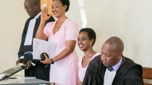 Diane Rwigara (3e en partant de la gauche) et sa mère étaient notamment accusées d'incitation à l'insurrection.