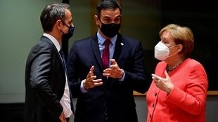 Le Premier ministre Kyriakos Mitsotakis (à gauche), le Premier ministre espagnol Pedro Sanchez (au centre) et la chancelière allemande Angela Merkel sont satisfaits de l'accord signé entre les 27 pays de l'Union européenne.