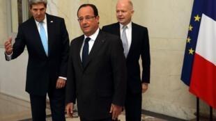Hollande (centro) recebe Kerry (à esq.) e Hague (à dir.) nesta segunda-feira, 16 de setembro de 2013, no Palácio do Eliseu, em Paris.