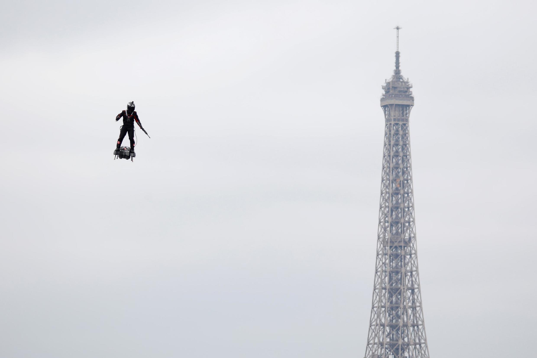 Фрэнки Запата летит над Елисейскими полями. На фоне - Эйфелева башня.