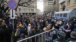 Сторонники подсудимых перед зданием Замоскворецкого суда Москвы, 24 февраля 2014