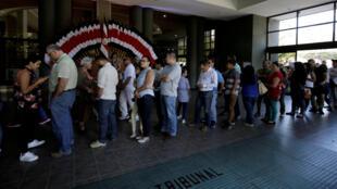 Personas haciendo fila en el Tribunal Supremo de Elecciones el 3 de febrero para obtener un documento de identificación y poder votar en las elecciones del domingo 4 de febrero, San José,  Costa Rica.