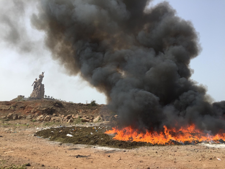 Une saisie de drogues brûlée à Dakar, au Sénégal.