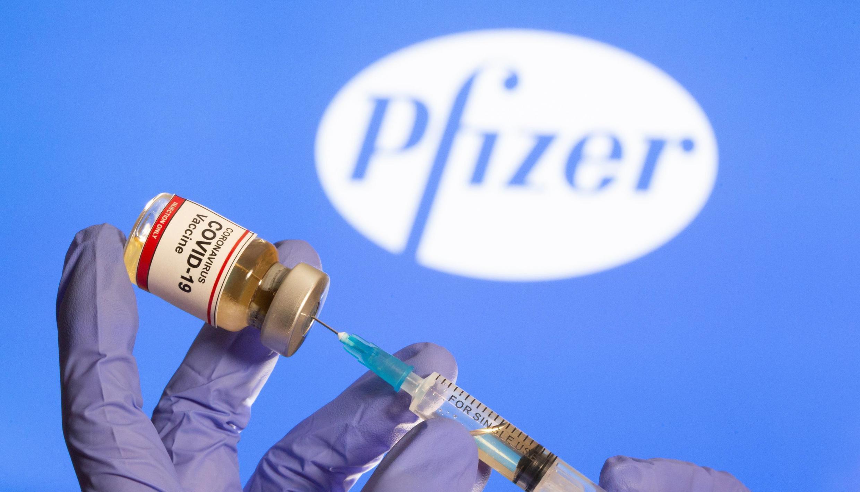 Mwanasayansi anayefanya utafiti kuhusu virusi vya Corona katika maabara ya Pfizer.