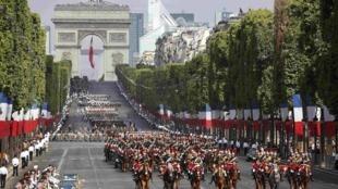 Duyệt binh trên đại lộ Champs Elysées nhân ngày Quốc Khánh Pháp 14.07.2015.