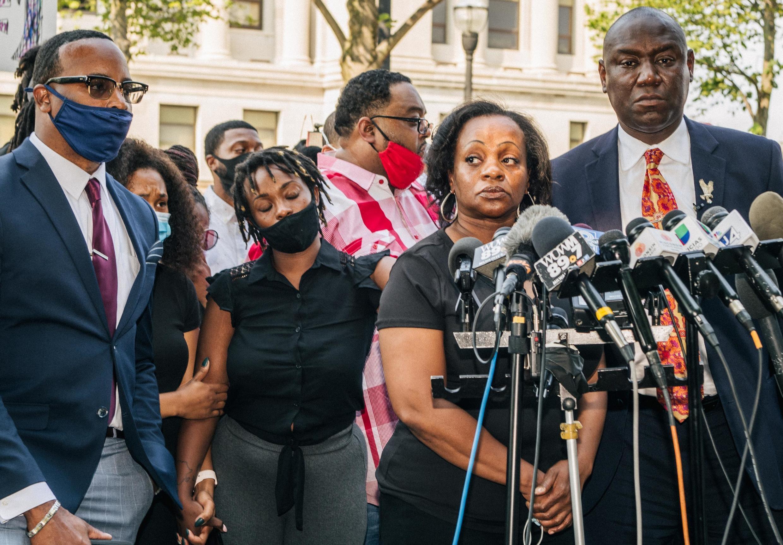 Julia Jackson, mère de Jason Blake, appelle au calme lors d'une conférence de presse le 25 août 2020 à Kenosha (Wisconsin).