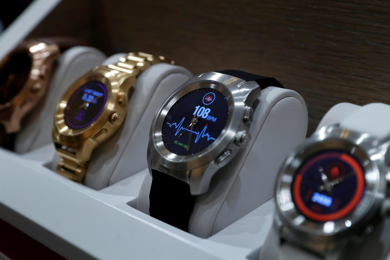 Os smartwatches ZeTime da MyKronoz da Suíça, o primeiro smartwatch híbrido do mundo que combina combina design analógico com tela tátil colorida.