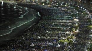 Orla de Copacabana ficou lotada de peregrinos.