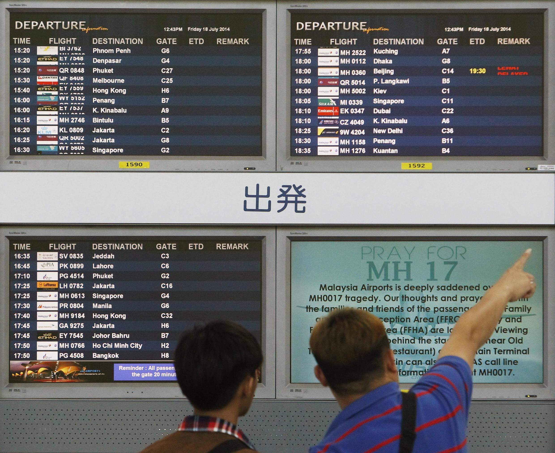 O avião da Malaysia Airlines caiu quando fazia a rota entre Amsterdã e Kuala Lumpur com 298 pessoas a bordo.