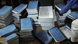 Le personnel de la Cour suprême kényane classe les documents concernant les recours déposés contre l'élection présidentielle du 26 octobre 2017.