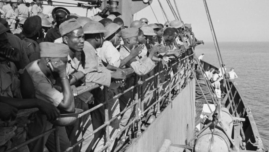 'Tirailleurs' africanos, camino hacia las costas francesas, durante el desembarco del 15 de agosto de 1944 en Provenza.
