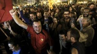 Eleitores de Valença comemoram nas ruas a vitória de partidos da esquerda em 24 de maio de 2015.