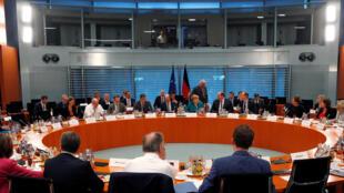 جلسه انگلا مرکل، صدراعظم آلمان با بالاترین مقامات اجرایی ایالات این کشور. پنجشنبه ٢٤ خرداد/  ١٤ ژوئن ٢٠۱٨