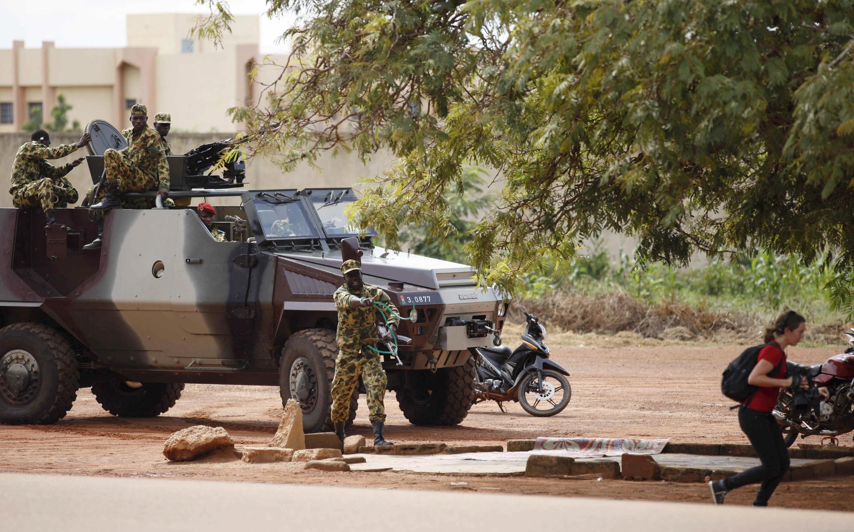 Des soldats du RSP prennent à partie des journalistes et des manifestants devant l'hôtel Laico, à Ouagadougou le 20 septembre.