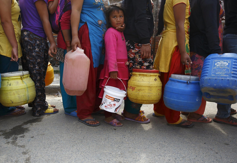 À Katmandou, file d'attente pour une distribution d'eau.