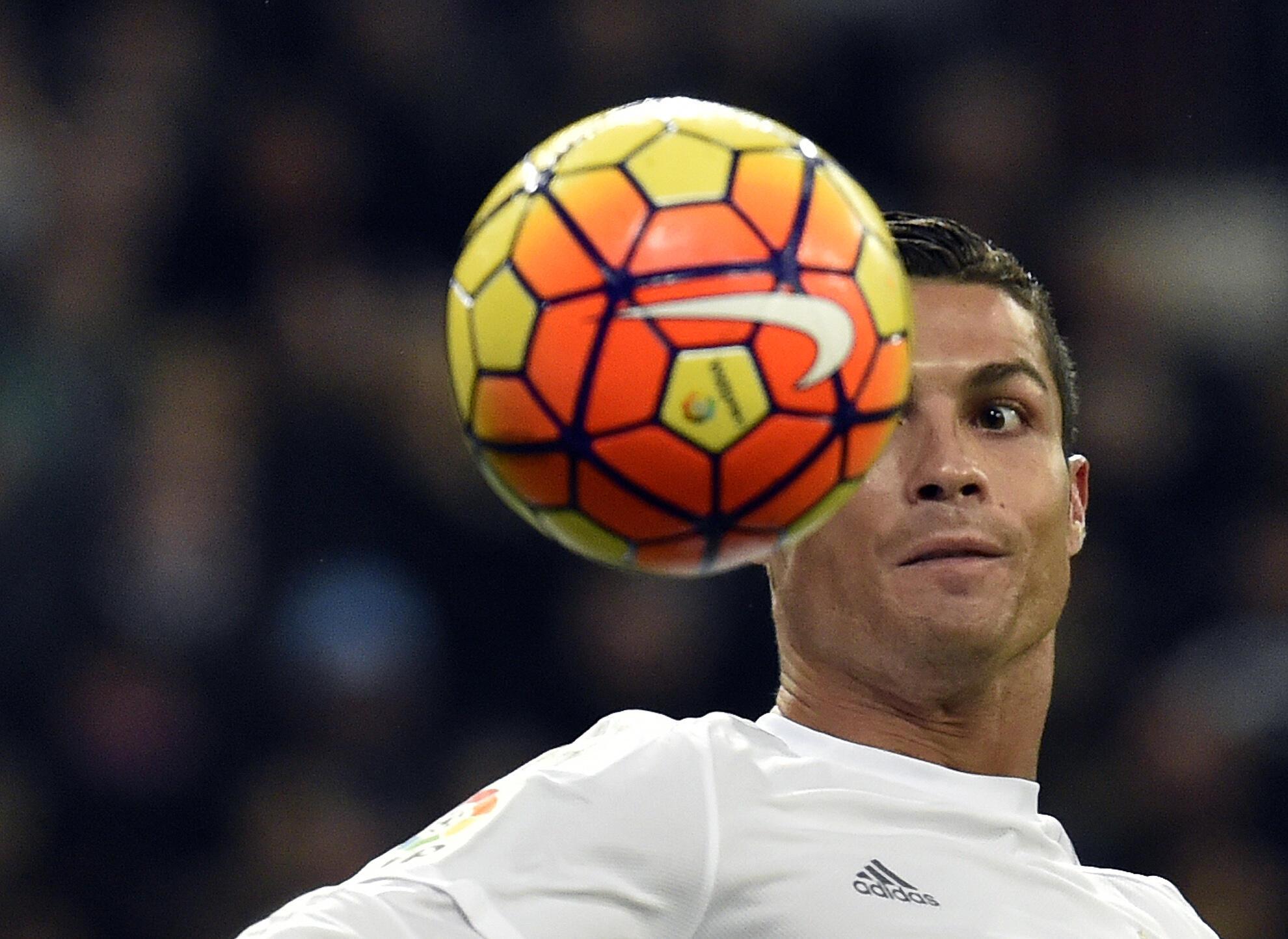 Cristiano Ronaldo disputa prêmio de melhor jogador do ano com Neymar e Messi.