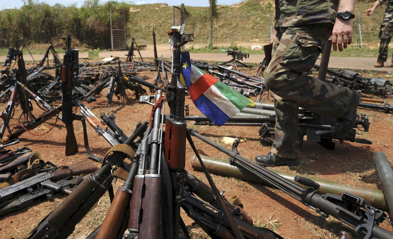 Des armes saisies auprès de membres de la Seleka et d'anti-balaka. Le désarmement est un des éléments clefs du processus de paix en Centrafrique.