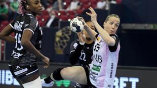 La Norvégienne du club des Vipers Kristiansand, Heidi Loke, tente un tir au milieu des Brestoises Kalidiatou Niakate (g) et Paulette Foppa, lors de la finale de la Ligue des Champions, le 30 mars 2021 à Budapest