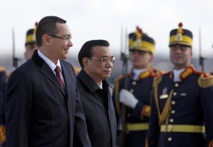 Thủ tướng Rumani Victor Viorel Ponta (T) đón đồng nhiệm Trung Quốc Lý Khắc Cường tại sân bay Otopeni, Bucarest, 25/11/2013