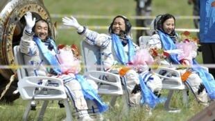 Ba nhà du hành vũ trụ Trung Quốc, từ trái qua: Trương Hiểu Quang, Nhiếp Hải Năng và Vương Á Bình ngay sau khi hạ cánh xuống đồng cỏ vùng Nội Mông ngày 26/6/2013 sau 15 ngày bay trong vũ trụ.
