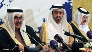 Les ministres des Affaires étrangères de Bahreïn (à gauche) et des Emirats Arabes Unis (à droite), à Manama le 17 février.